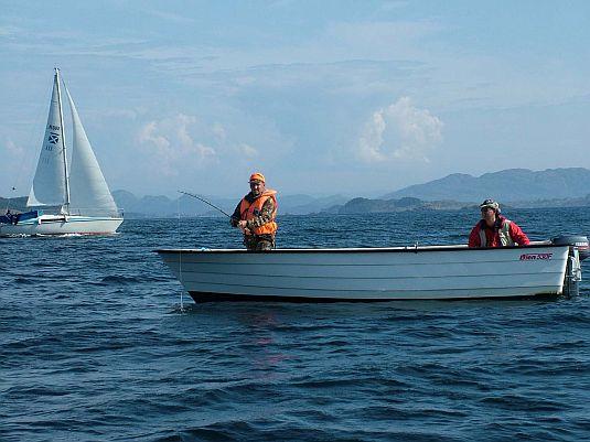 рыбалка с лодки на заливе